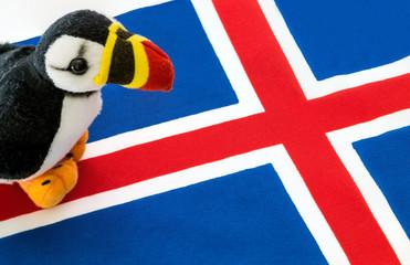 Peluche di pulcinella di mare e bandiera islandese