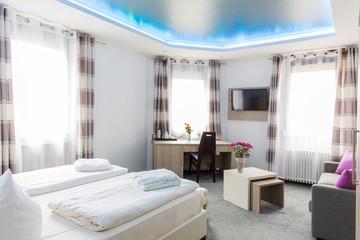 Edles Hotelzimmer Doppelbett Schreibtisch Tisch