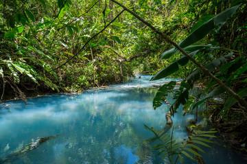 der türkise Fluss Rio Celeste in Costa Rica im Dschungel