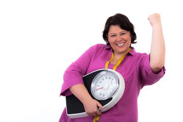 Übergewichtige Frau mit Wage und positiver Geste