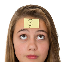 Nachdenkliches Mädchen mit Haftnotitz auf der Stirn