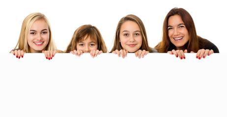 Mutter mit Töchtern blickt über Werbetafel