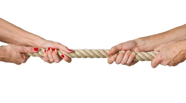 Frau und Mann beim Tauziehen, Streit, Machtkampf, Konflikt