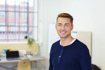 motivierter junger mann im büro