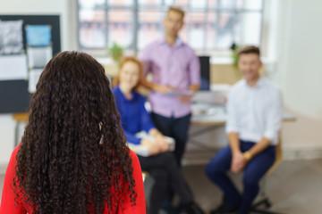 frau hält einen vortrag vor kollegen im büro