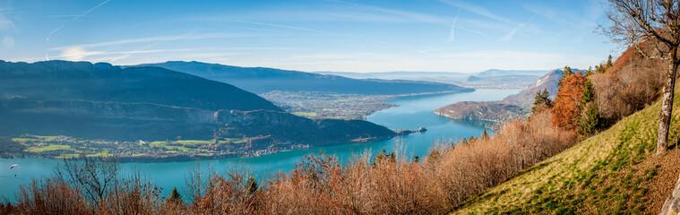 Vue panoramique sur le lac d'Annecy depuis le col de la Forclaz