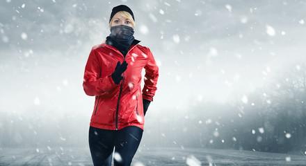 Läuferin in schnee