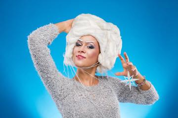 Женщина в белом парике