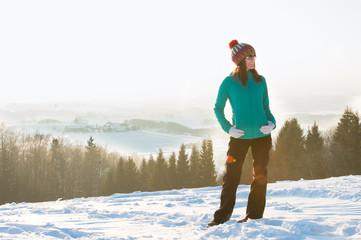 Fototapeta Junge Frau mit Mütze im Winter