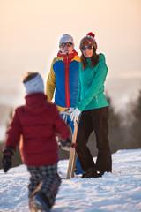 Junge Familie hat Spaß mit Kind im Schnee
