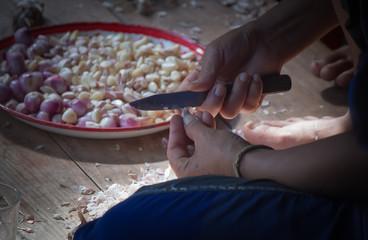 peel garlic by knife