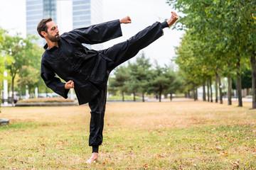 Kampfsportler bei Qi Gong in Mittagspause