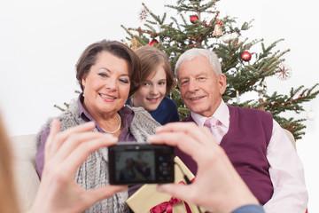 Mädchen macht Foto von Familie