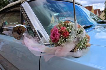 Blumenschmuck am Auto