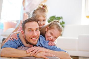 Familie mit Vater und zwei Kindern