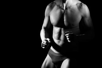 Un uomo indossa slip intimi e mostra i pugni