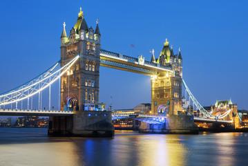 Photo sur Plexiglas Londres Famous Tower Bridge in the evening