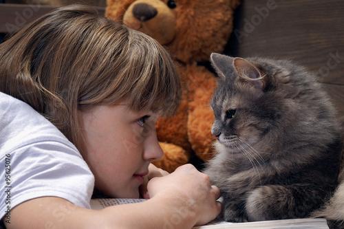 Ребенок и кот смотрят фото