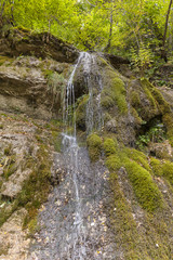Fonte di acqua che scorre sulla roccia