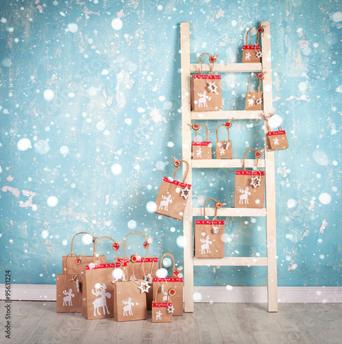 weihnachtskalender an alter holzleiter stockfotos und. Black Bedroom Furniture Sets. Home Design Ideas