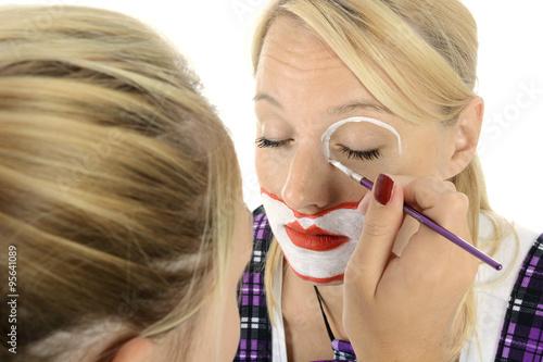visagistin oder maskenbildner schminkt frau zum clown. Black Bedroom Furniture Sets. Home Design Ideas