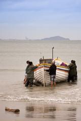 Barco de pescadores em Itapirubá - Santa Catarina, Brasil