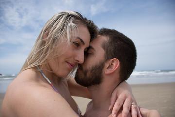 Jovem casal em abraço apaixonado