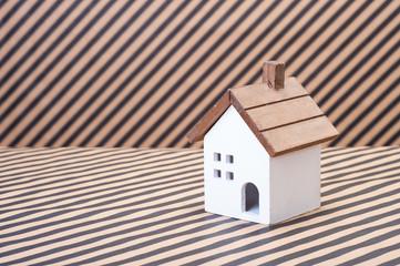 家の模型,ストライプの背景