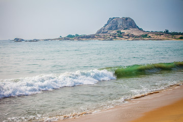 вид на горы с побережья Шри-Ланки