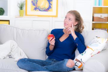 studentin mit einem apfel auf dem sofa