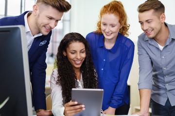 arbeitskollegen schauen auf tablet-pc