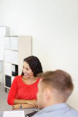 kollegen in einer besprechung im büro