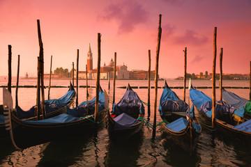 Photo sur Plexiglas Gondoles Venice with famous gondolas at gentle pink sunrise light,