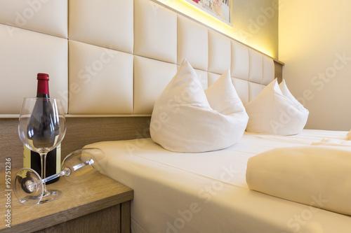 kopfende am bett mit kopfkissen weinflasche und zwei gl sern photo libre de droits sur la. Black Bedroom Furniture Sets. Home Design Ideas
