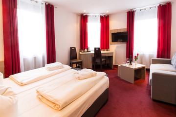Schönes Hotelzimmer mit roten Vorhängen
