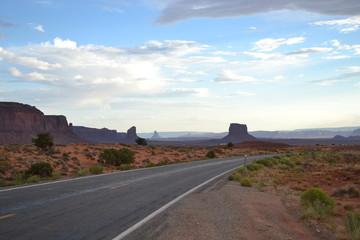 strada che porta alla monument valley in Arizona negli stati uniti d'america