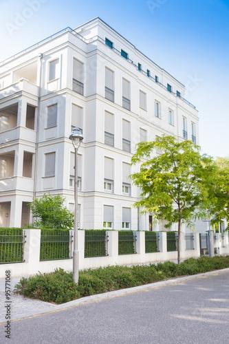 Modernes wohnhaus immobilie stockfotos und lizenzfreie for Modernes wohnhaus