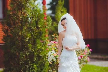 Смеющаяся счастливая невеста