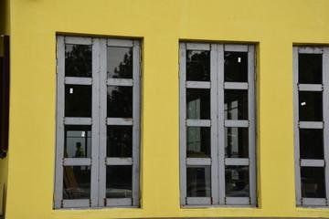 노란 벽에 긴 창문