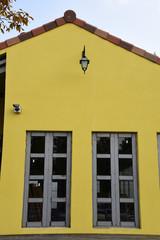 노란 벽에 긴 창문 이 있는 집