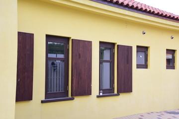 노란 벽 나무 창틀 을 가진 벽