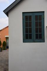 녹색 창틀이 있는 벽
