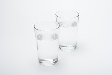 Dos vasos con agua