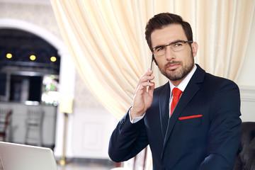 Obraz Biznesmen podczas rozmowy telefonicznej. - fototapety do salonu
