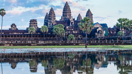 Fotomurales - Timelapse of Cambodia landmark Angkor Wat with reflection in water. Panning camera