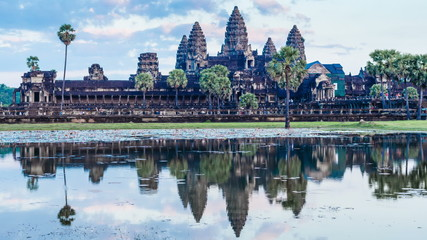 Fotomurales - Timelapse of Cambodia landmark Angkor Wat with reflection in water