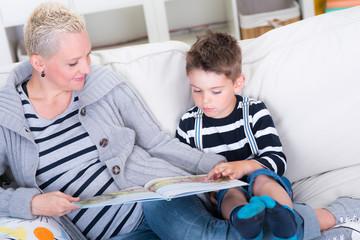 mutter liest ihrem kind eine geschichte vor