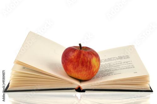 La Pomme Posee Sur Un Livre Ouvert Stock Photo And Royalty