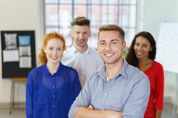 junge unternehmer in ihrem loft büro