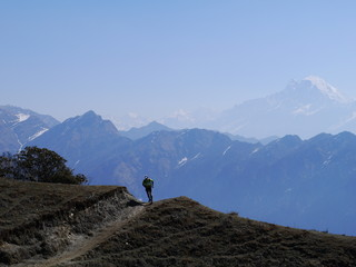 Photos de paysages d'un coureur en montagne sur une crête dans l'Himalaya au népal.